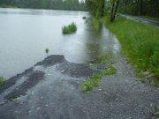 hladina rybníka se nebezpečně zvedá...